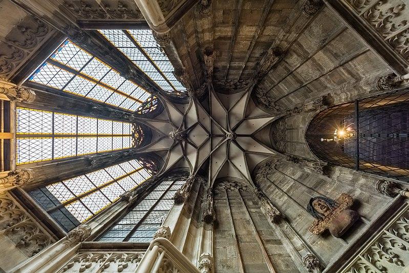 Gewölbe der Barbarakapelle mit hängenden Schlusssteinen.JPG